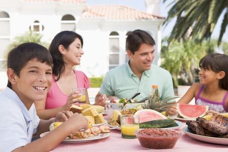 familia comiendo: Familia disfrutar de una barbacoa