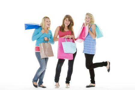 chicas adolescentes: Las adolescentes con Shopping Bags Foto de archivo