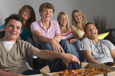 adolescentes riendo: Los adolescentes se divierten y comer pizza Foto de archivo
