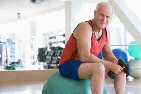 men exercising: El uso de pesas de mano hombre suizo Bola En El Gimnasio Foto de archivo
