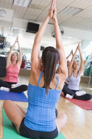 middle class: Instructor Tomando Clases de Yoga en el gimnasio de