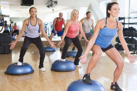 Docent overnemen van oefening klasse bij Gym Stockfoto