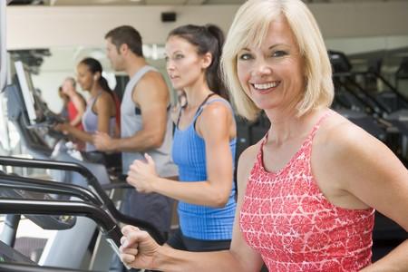 Kobieta Running On Treadmill Na Gym