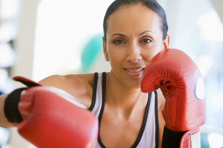 gant de boxe: A Woman Boxing Gym Banque d'images