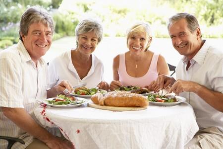 pareja comiendo: Amigos comer un almuerzo de Al Fresco