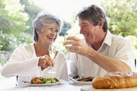 pareja comiendo: Un joven Comer alimentos Al Fresco Foto de archivo