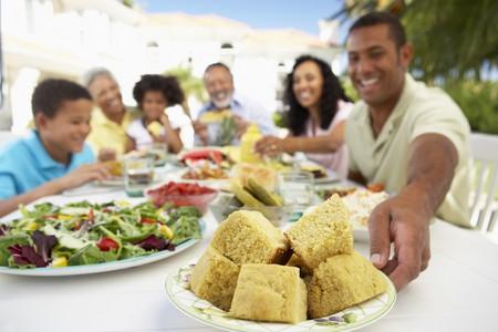 familia comiendo: Familia comer una comida Al Fresco