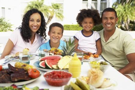 hombre comiendo: Familia comer una comida Al Fresco
