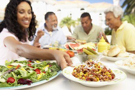 Una familia Comer Al Fresco de alimentos