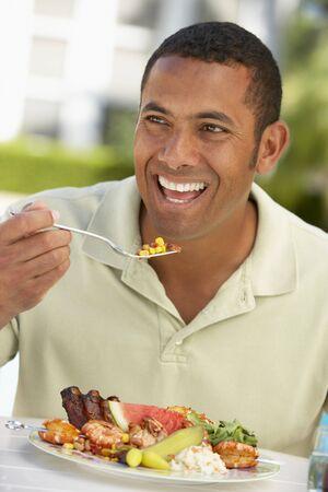 plato del buen comer: Mid Adult Man Comedor Al Fresco
