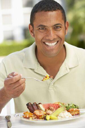 plato del buen comer: A mediados de adultos hombres cenando al fresco