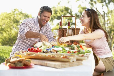pareja comiendo: Pareja comer una comida Al Fresco