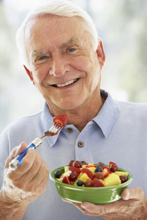 salade de fruits: Homme senior alimentation salade de fruits frais