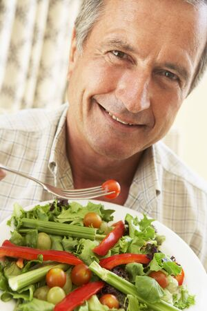 hombre comiendo: Hombre Superior Comer una ensalada saludable