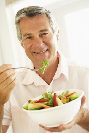 man eten: Man van middelbare leeftijd het eten van een Gezonde Salade