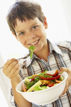 ni�os comiendo: Ensalada de Young Boy A Healthy Eating Foto de archivo