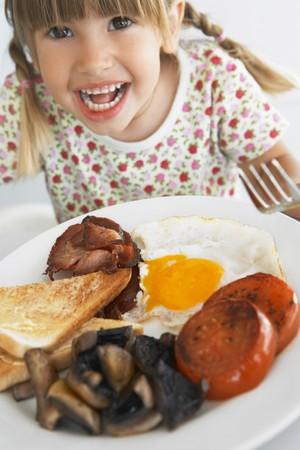 ni�os comiendo: Embarazo Comer Desayuno poco saludables Foto de archivo