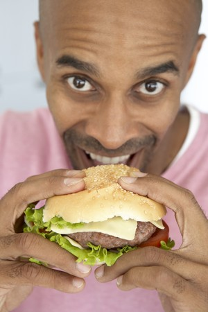 hombre comiendo: El hombre de mediana edad comer una hamburguesa