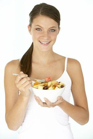 salade de fruits: Jeune femme alimentation salade de fruits frais