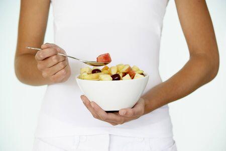 salade de fruits: Young Woman Eating Fresh Fruit Salad