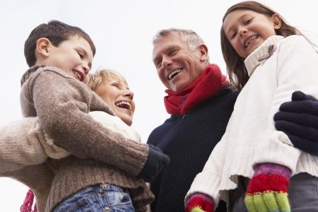 abuelos: Los abrazos abuelos a sus nietos