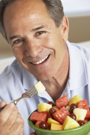 middleaged man: Middle Aged Man eet verse fruit salade