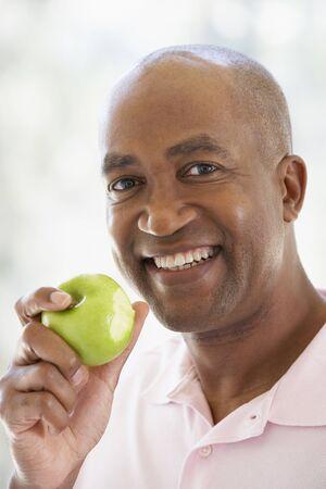 man eten: Middelste groene Apple Man Eating en bij de camera lachend vervallen