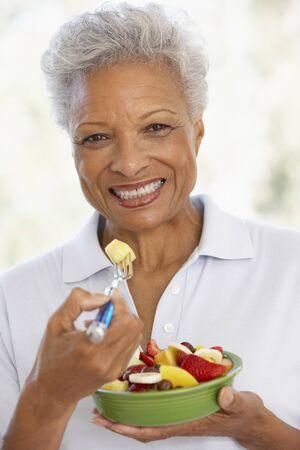 salade de fruits: Senior Adult Manger A Fresh Fruit Salad