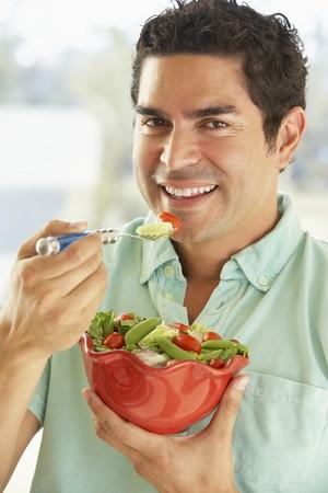 man eten: Mid volwassen man Holding een kom Salade, Smiling in de camera