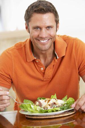 ensalada cesar: Hombre comer una comida sana por antig�edad media