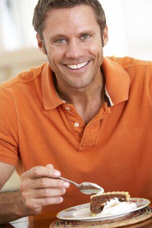 hombre comiendo: El hombre de mediana edad comer pastel de chocolate