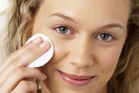 mujer maquillandose: Mujer joven de aplicar el maquillaje
