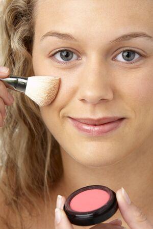 mujer maquillandose: Joven Aplicando Maquillaje