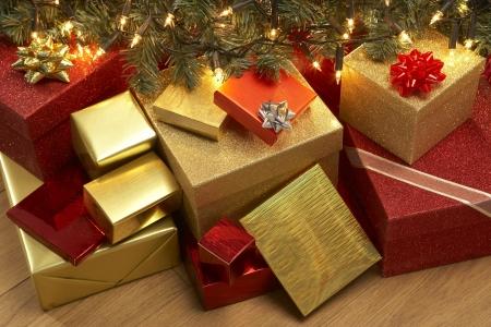 sotto l albero: Gruppo Di Sotto Regali di Natale Albero Archivio Fotografico