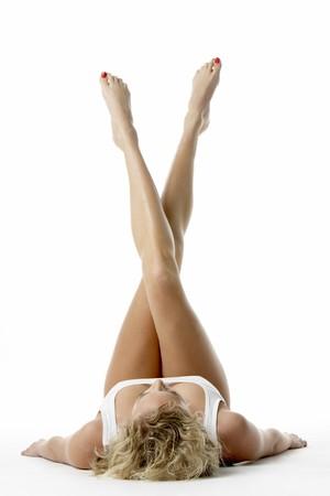 sexy beine: Junge Frau liegend Mit ihrer Beine in der Luft Lizenzfreie Bilder