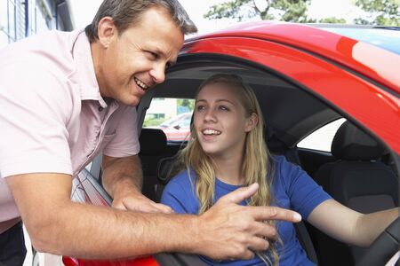 instructeur: Teenage Girl Learning How To Drive