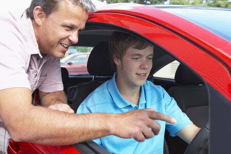 instructeur: Teenage Boy Learning How To Drive Stockfoto