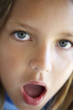 boca abierta: Retrato de muchacha Mirando Sorprendido