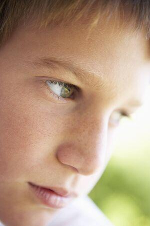 caras tristes: Retrato de Ni�o pensativo Mirando Foto de archivo