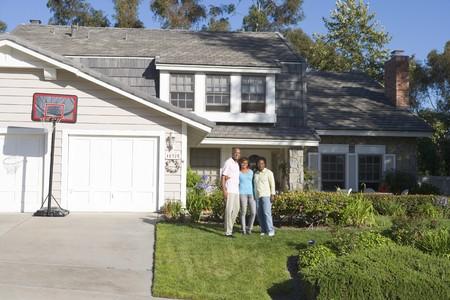 pareja en casa: Familia pie afuera de la Casa