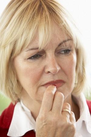 ansiedad: Retrato de mujer de edad media frunciendo el ce�o Foto de archivo