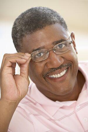 man close up: Ritratto di Middle Aged uomo cercando su vetri Archivio Fotografico