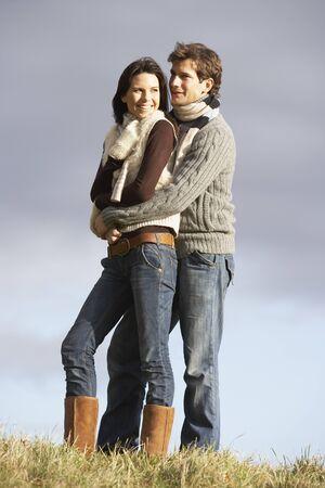 couple enlac�: Couple Embracing Dans le Parc