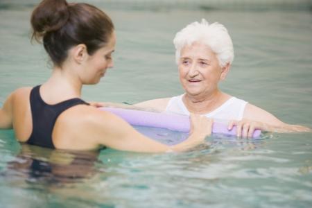 fysiotherapie: Instructeur en oudere patiënt ondergaat, Water therapie