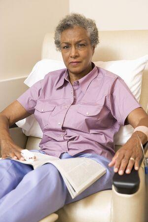Retrato de un paciente con una revista