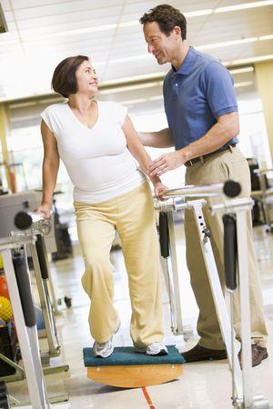 fysiotherapie: Fysiotherapeut Met patiënt in Revalidatie