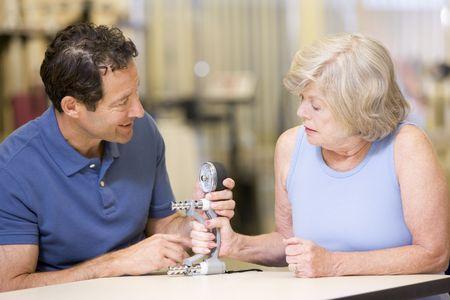 fisioterapia: Con fisioterapeuta en la rehabilitaci�n de pacientes Foto de archivo