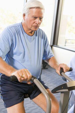 pacientes: Paciente trabajo de salida en la m�quina de ejercicio
