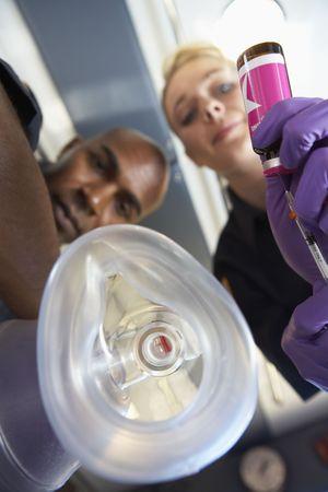 zuurstof: Persoonlijke perspectief van paramedici toedienen van zuurstof Stockfoto