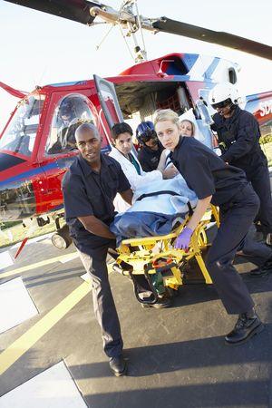 emergencia: Param�dicos de la descarga paciente Medevac